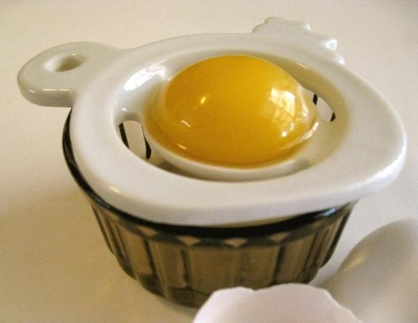 Сложности отделения желтка от белка можно решить специальным устройством