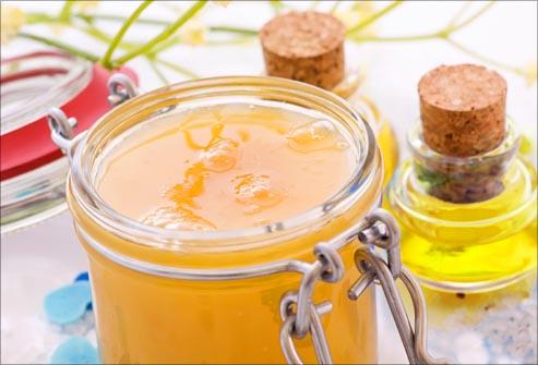 Смесь из меда и масла отлично подойдет для оживления сухих волос