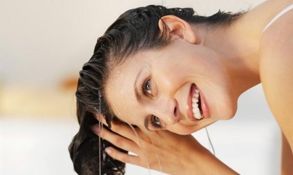 Смывайте маски теплой водой и привычным для вас шампунем