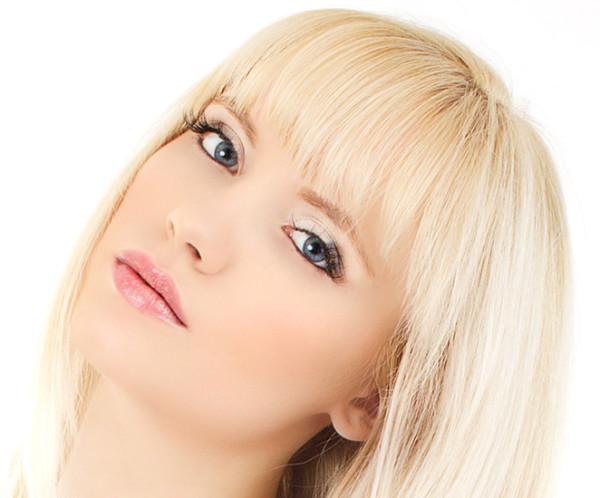 Сочетание черных бровей и яркого блонда в реальной жизни неуместно и хорошо выглядит только с экранов телевизоров