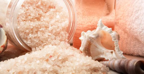 Соль при выпадении волос занимает лидирующие позиции среди арсенала народных рецептов, способных остановить алопецию