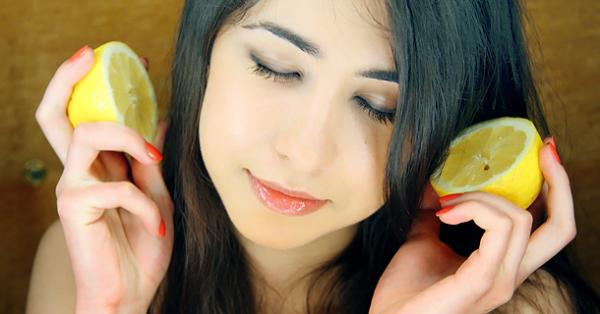 Составы с лимонным соком – самые результативные натуральные средства для осветления волос. Популярны маски с лимонным соком, от которого естественный пигмент теряет свою насыщенность, а солнечные лучи усиливают многократно этот эффект.
