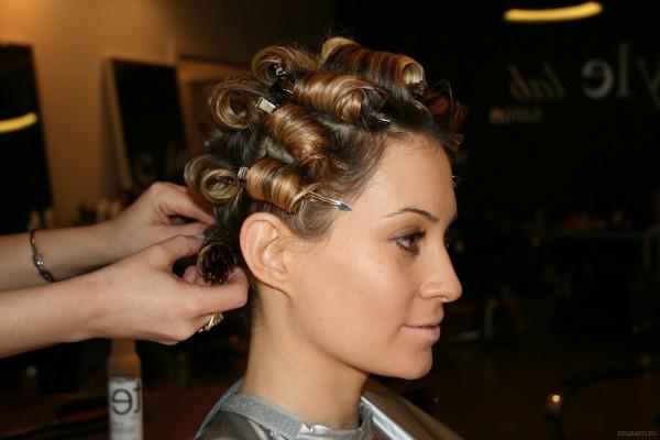 Стоимость химической завивки волос завит от их длины и вида процедуры.