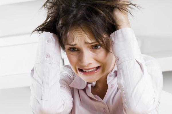 Стрессы нередко становятся причиной «посеребрения» прически