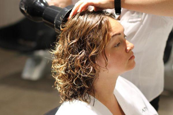 Сушку волос феном необходимо проводить на минимальной скорости, используя насадку-диффузор