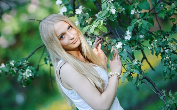 Светловолосым красавицам с голубыми глазами медный цвет лучше обходить стороной