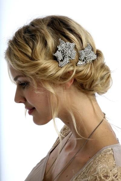 Такая романтичная прическа украсит длинные волосы.
