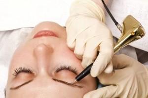 Татуаж и растушевка и волоски должны выполняться на клиенте, который находится в полулежащем положении.