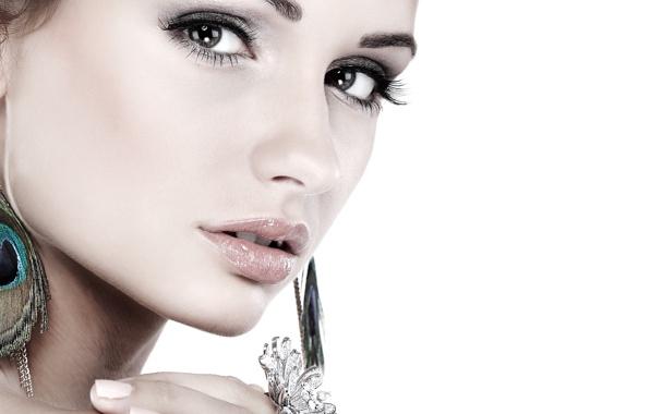 Темные брови и ресницы делают глаза более выразительными