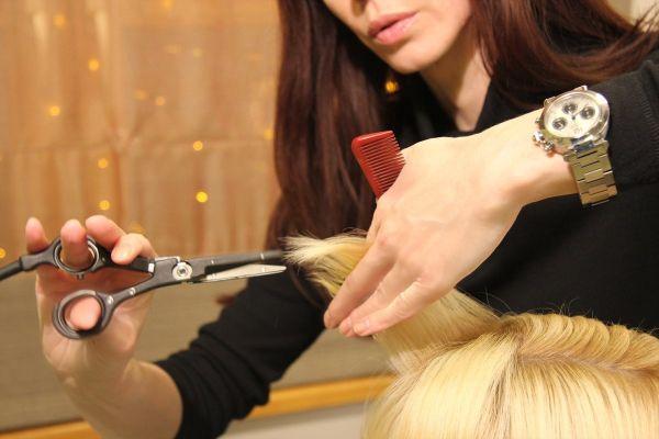 Термическая стрижка секущихся концов порадует отличными результатами и излечит волоски.