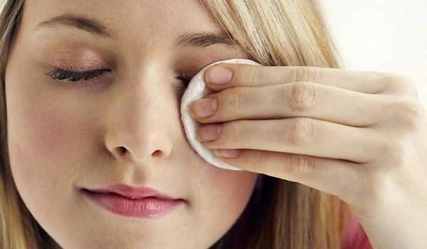 Требуется тщательно удалить весь макияж с глаз, перед тем как наносить масляные укрепляющие средства