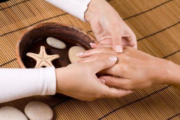 Цена массажа кистей рук сильно варьируется и может достигать от 500 до 1500 рублей в зависимости от используемых материалов и техники исполнения.