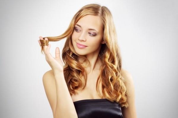 Ухоженные волосы украшают девушку