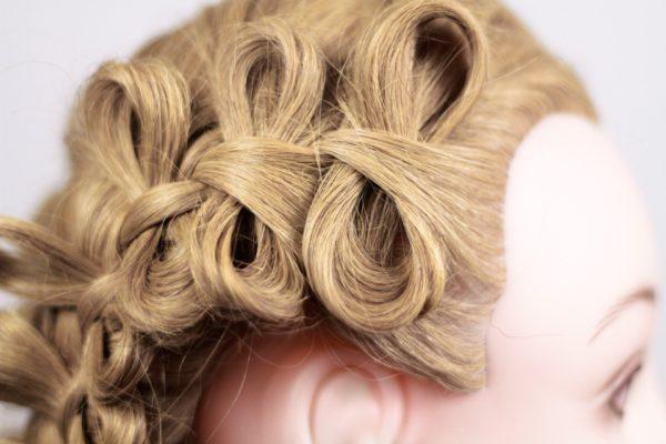 Украшения из волос в косе выглядит изысканно и необычно