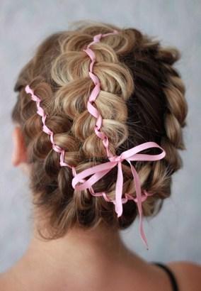 Украсив косу лентой, вы добавите романтичную нотку в образ