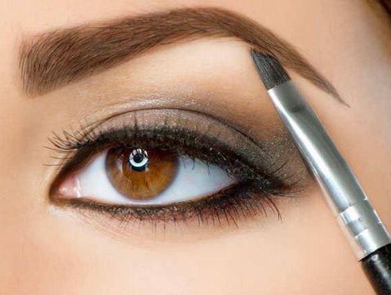 Умелый макияж должен подчеркивать красоту бровей, а не создавать новую форму