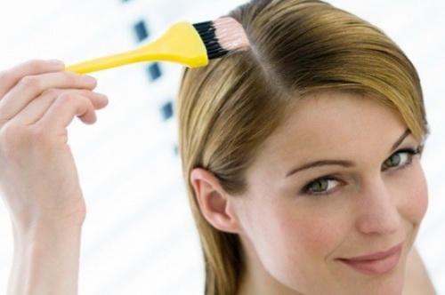 В домашних условиях возможна как покраска волос по всей длине, так и только корней