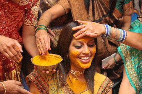 В Индии девушки уже давно используют эту оранжевую специю для сохранения естественной красоты