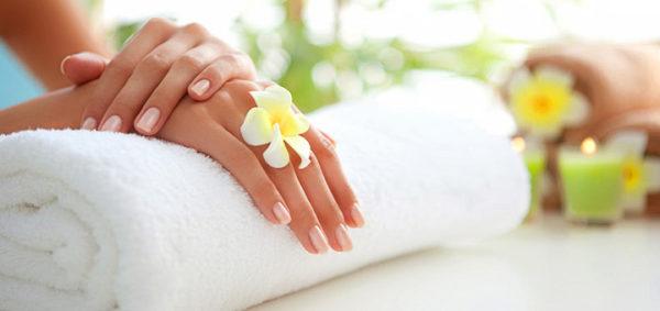 В качестве самодельного маникюрного валика можно использовать плотно скрученное махровое полотенце