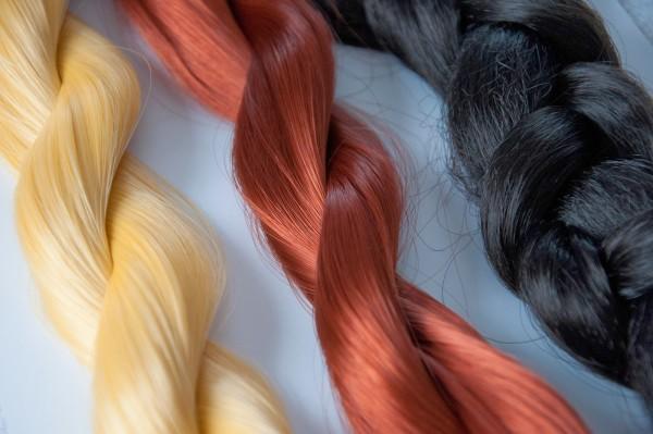 В отличие от винила канекалон не имеет синтетического блеска, что позволяет ему иметь максимальное сходство с натуральными волосами