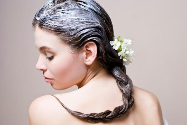 В уходе за волосами каждый придерживается своих принципов: кто-то предпочитает салонные средства, кто-то, не задумываясь, заполняет полочку яркими баночками с витрин магазинов, но натуральные рецепты остаются актуальными уже на протяжении веков