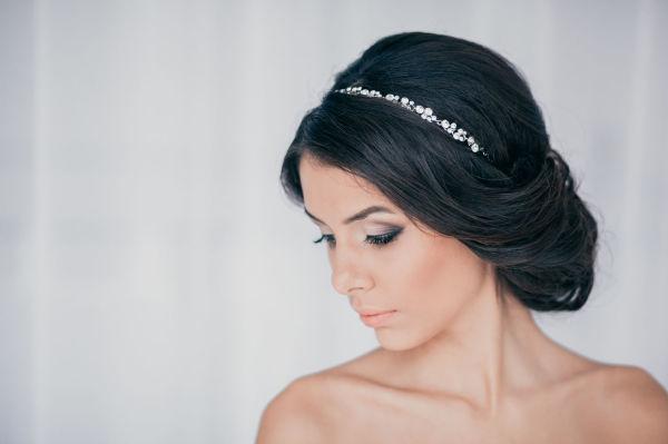 Вечерние прически на волосы до плеч в греческом стиле создают романтичный образ.