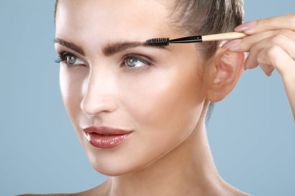 Визуально сделать волоски более объемными можно, слегка зачесав их к верху