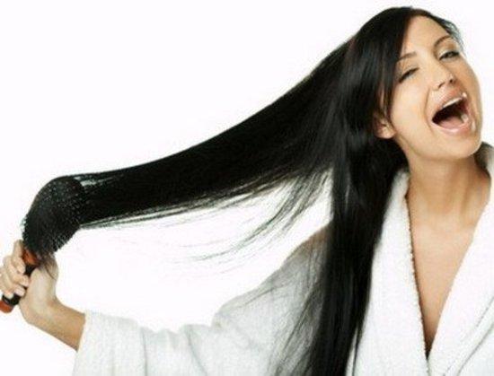 Влажные волосы расчесывать не рекомендуется, дождемся их полного высыхания