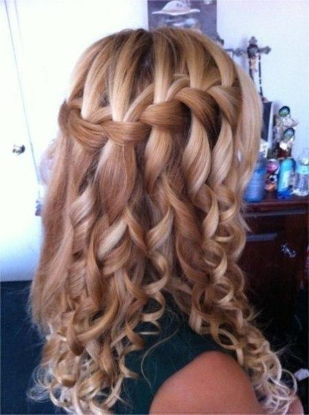 Водопад на завитых волосах – один из самых эффектных вариантов для вечернего мероприятия