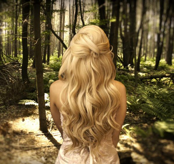 Волнистые локоны сделают простые и красивые прически на длинные волосы более привлекательными.
