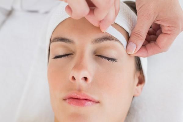 Восковая эпиляция позволяет добиться гладкости кожи на более длительный период