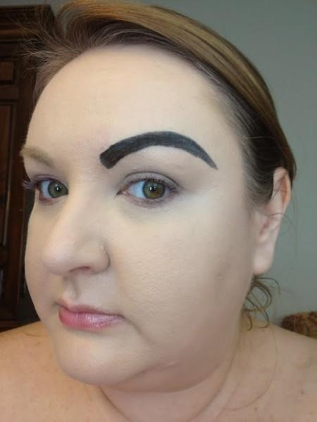 Вот такого макияжа следует категорически избегать – он просто изуродует лицо.