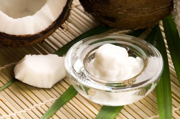 Выбирая масло, обратите внимание на температуру его плавления. Натуральное кокосовое масло плавится от тепла кожи или при комнатной температуре.