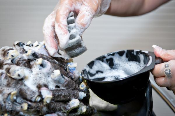 Выбор химического вещества во многом определяет, насколько щадящая по воздействию на волосы будет завивка