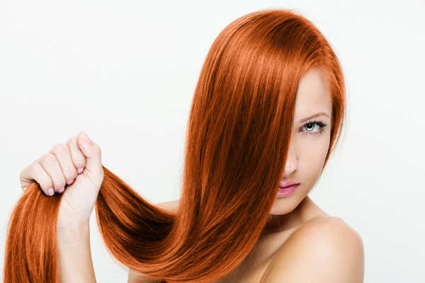 Выпрямление волос кератином — процедура, пользующаяся высокой популярностью среди девушек с волнистыми прядями