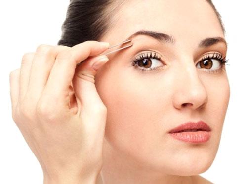 Выщипывайте правильно – предварительно распарьте кожу и обязательно дезинфицируйте пинцет