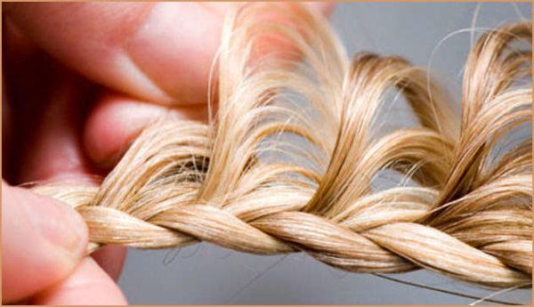 Вытягивая прядки за бока, мы получаем своеобразные «лепестки» нашего будущего цветка из волос