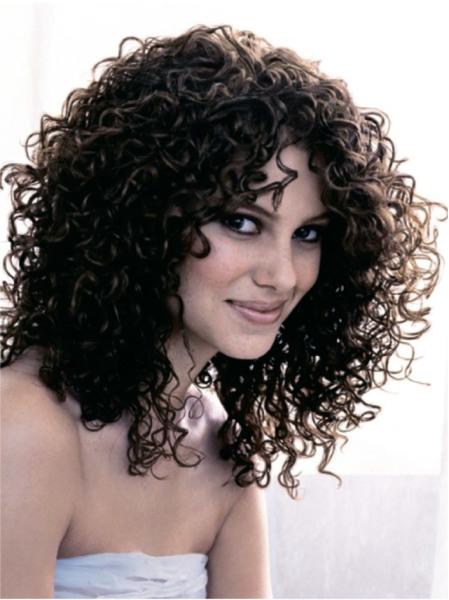 Вьющиеся волосы выглядят очаровательно, если знать основные правила по их уходу