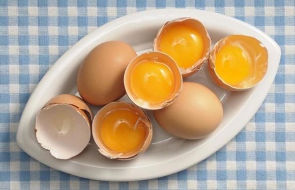 Яйца люди используют для ухода за волосами с давних времен
