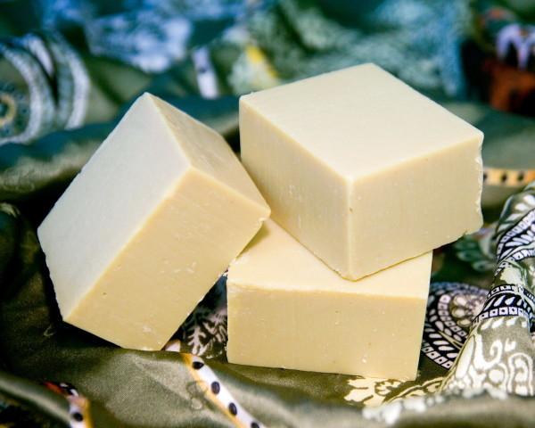 За неимением кастильского мыла можно воспользоваться твердой мыльной основой, например, Brilliant SLS free