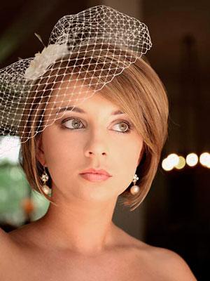 Забавные шляпки и вуали – отличный вариант для тех, кто не располагает длинными волосами для создания свадебной прически