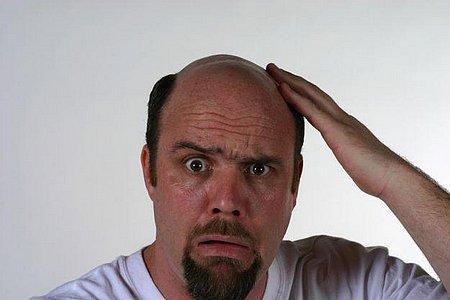 Задумался мужчина на фото, хочет знать, выпадают ли волосы от курения или это миф