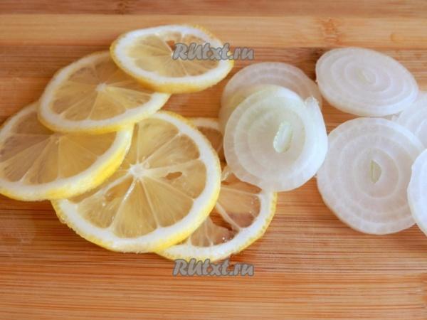 Заметно осветлит волосы, активизирует их рост репчатый лук с лимоном.