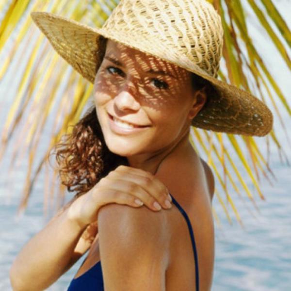 Защищайте прическу от яркого солнца