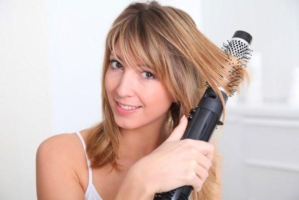 Завить локоны можно при помощи фена-щетки для волос.