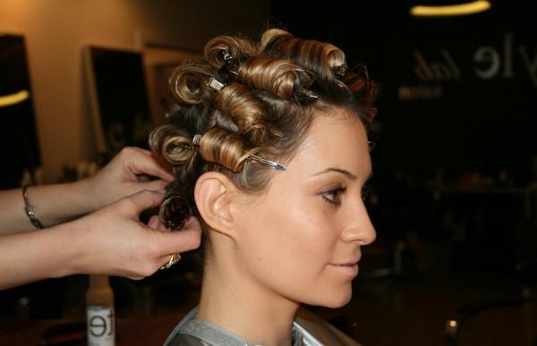Завить прикорневую часть волос своими руками можно, но лучше доверить это профессионалу