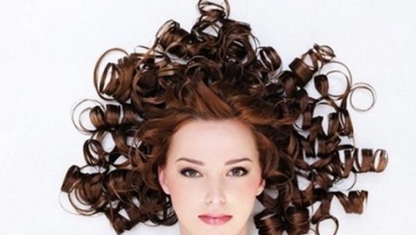 Завитки, созданные с применением бигуди, более упругие и долговечные, нужно только знать, как правильно накрутить волосы на бигуди.