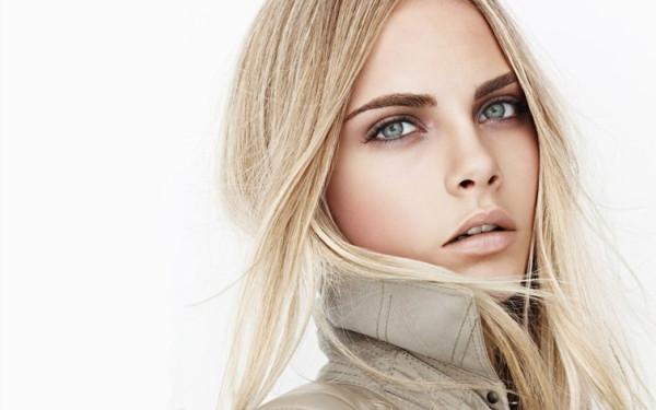 Завораживающее женственное сочетание: голубоглазая блондинка