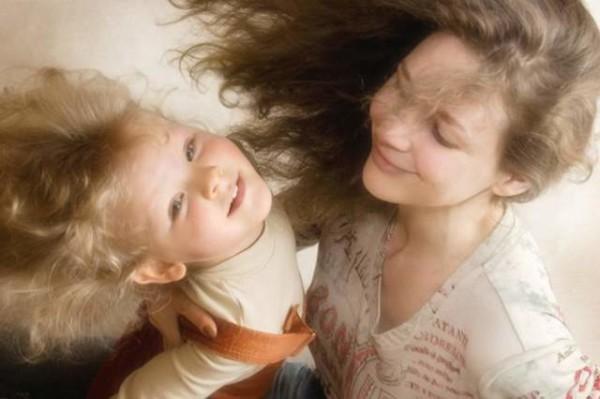 Здоровые волосы ваших детей зависят от вас, не заставляйте их дышать сигаретным дымом.