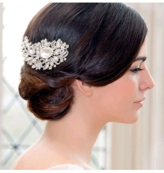 Женственный образ невесты с пучком на голове и элегантной заколкой: инструкция красоты